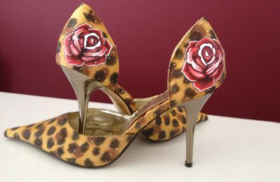 Zapatos animal print y rosas con aerografo. Airbrush heels with animal print and rose by Air Custom Paint.