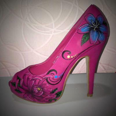 Zapatos personalizados con aerógrafo con diseño de flores japonesas.