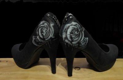 Zapatos con Aerografia de rosa blanca estilo tatoo.