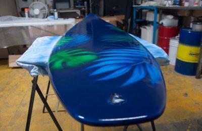 tabla de surf customizada con aerografía floral tropical