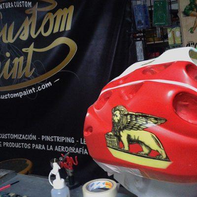 Pintura custom en casco de ciclismo battalgione san marco