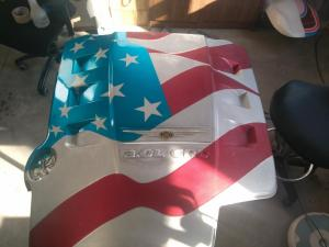 Bandera en cubre motor Christler 02