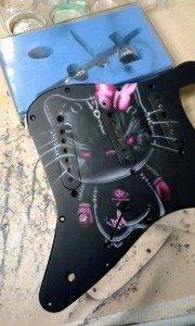 aerografía en guitarra hell-on kitty-3