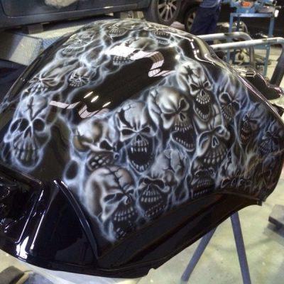 Aerografía Custom de calaveras, humo y números en deposito Yamaha FZ1