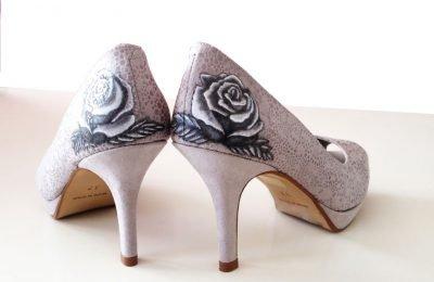 Zapatos aerografiados con rosas grises realziados por encargo para una boda