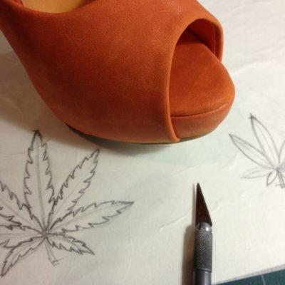 Zapatos con aerografía de hojas de marihuana.