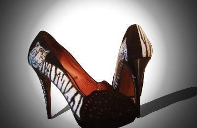 Zapatos customizados con aerografía de tigre blanco.