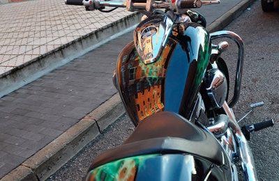Aerografía de fuego real y lobo sobre depósito de Suzuki Intruder