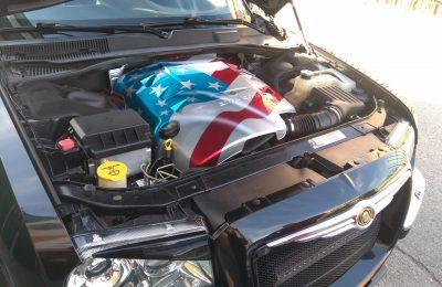 Bandera en cubre motor Christler